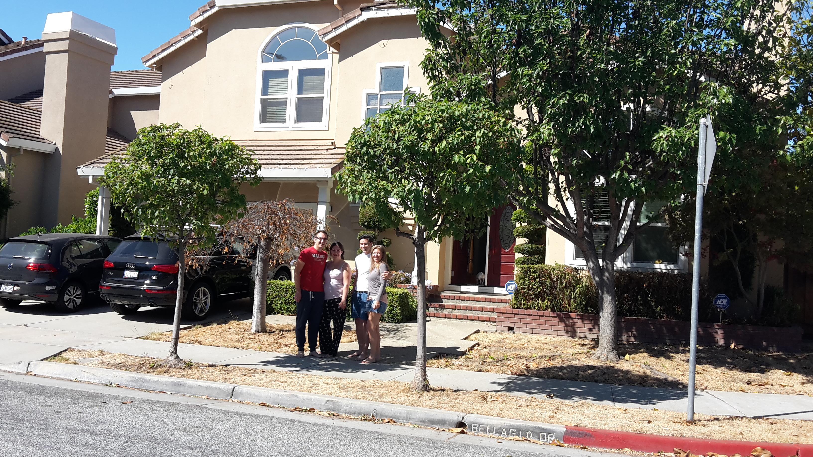 Kiki & Matthias gemeinsam mit Cat & Tom vor ihrem schönen Haus