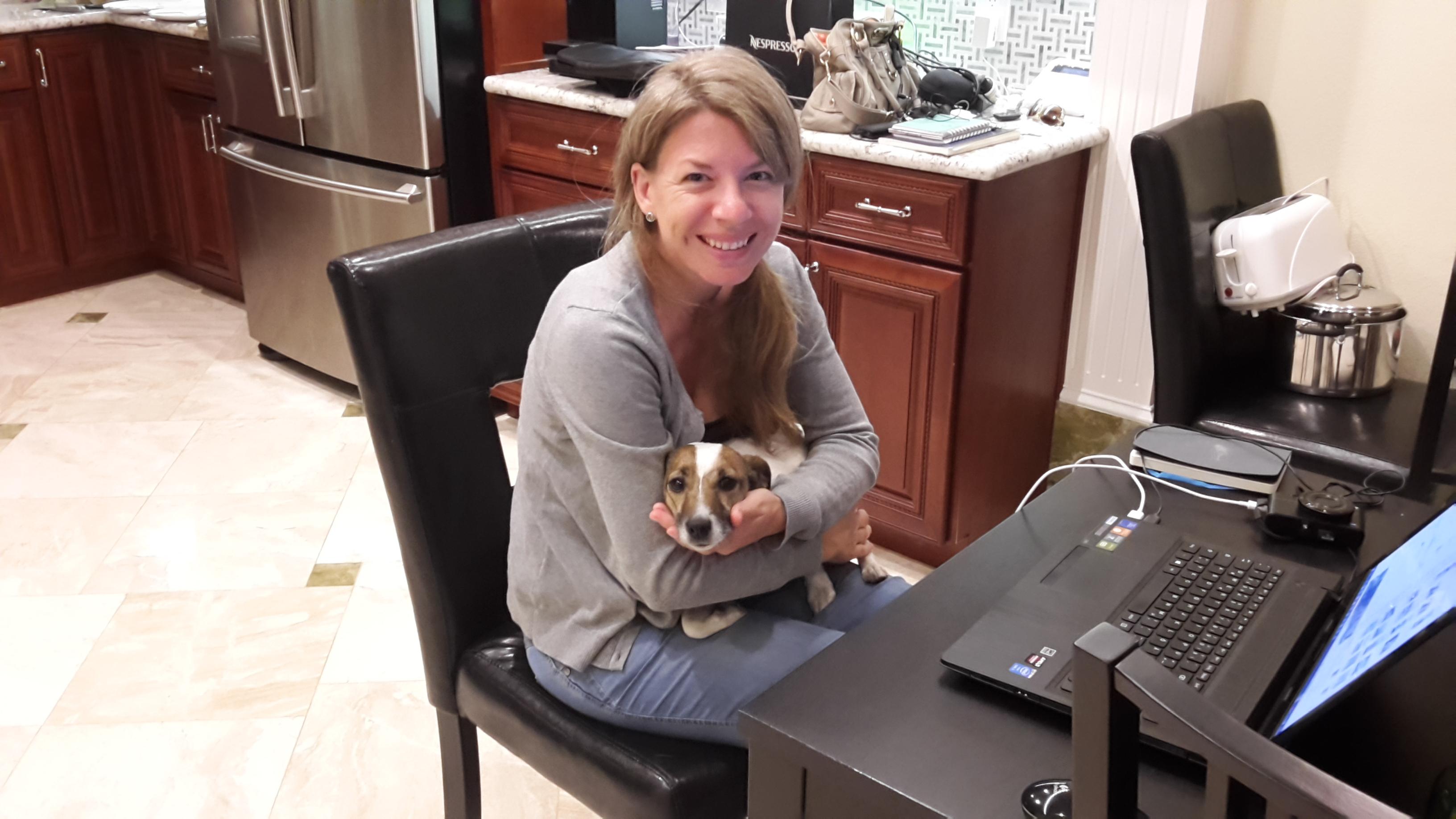 Hund Maggie sitzt auf Kikis Schoß